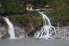 Taroko Nationaal Park na de regen, mistige bergen, watervallen, groen die regenwoud, heuvels door wolken, meest perfest natuurlij Stock Foto
