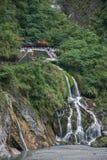 Taroko nationalpark i Hualien County, Taiwan vintergröna nedgångar och Changchun tempel Royaltyfri Bild