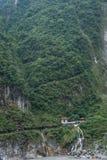Taroko nationalpark i Hualien County, Taiwan vintergröna nedgångar och Changchun tempel Arkivbilder