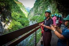 Tarokokloof, Taiwan - September 21, 2018: Bezoekers met helmen bij het Taroko-Kloof Nationale Park stock fotografie
