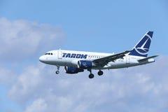 TAROM接近机场的空中客车A318-100 YR-ASD 免版税库存照片