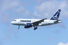TAROM接近机场的空中客车A318-100 YR-ASD 库存图片