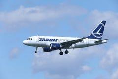 TAROM接近机场的空中客车A318-100 YR-ASD 图库摄影
