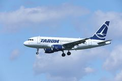 TAROM Airbus A318-100 YR-ASD approchant l'aéroport Photographie stock
