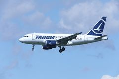 TAROM Airbus A318-100 YR-ASD que aproxima o aeroporto Imagens de Stock