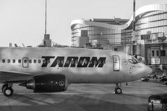 Tarom-Flugzeug-Landung auf Henri Coanda International Airport Lizenzfreie Stockfotografie