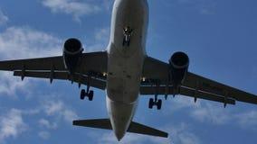 TAROM-Luchtbus A318-100 die jaar-ASD de luchthaven naderen Stock Foto