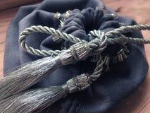 tarot和诗歌的预言神秘的巫婆灰色纺织品袋子 免版税库存照片