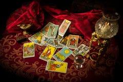 Κάρτες Tarot που διαδίδονται και που διασκορπίζονται στον πίνακα τυχαία Στοκ Φωτογραφίες