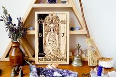 Tarot Hoge Priestess op houten altaarruimte met kristallen, en kruiden stock foto