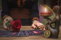 Tarot kart pokład Przyszłościowy czytanie Pomyślność narrator Psychiczny zdjęcie stock