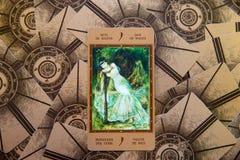 Tarot karta Jack różdżki Labirinth tarot pokład ezoteryk tło obrazy stock