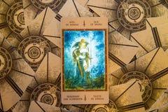 Tarot karta Jack rydle Labirinth tarot pokład ezoteryk tło zdjęcia stock