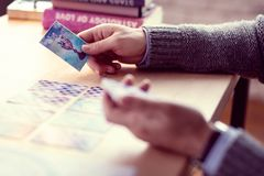 Tarot karta otwiera podczas fortunetelling sesji zdjęcia royalty free