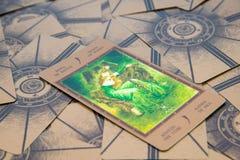 Tarot karta Qeen różdżki Labirinth tarot pokład ezoteryk tło zdjęcia stock