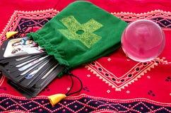 Tarot Karten in der grünen Tasche und in der Kristallkugel lizenzfreies stockbild