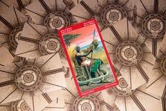 Tarot karty królewiątko różdżki Smoka tarot pokład ezoteryk tło obrazy stock