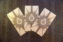 Tarot karty na drewnie Labirinth tarot pokład ezoteryk tło fotografia stock