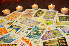Tarot karty rycerz filiżanki ezoteryk tło obrazy royalty free