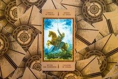 Tarot karty rycerz rydle Labirinth tarot pokład ezoteryk tło obrazy stock