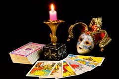 Tarot karty są antycznymi symbolami dla wróżby, przepowiedni za, przyszłość, świeczka i maska dowcipniś, Tarot karty są znakami obrazy stock