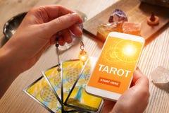Tarot telefon komórkowy i karty Zdjęcie Royalty Free