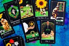 Tarotdek - Tarotlezingen op de multi gekleurde doek van de zijdelezing Royalty-vrije Stock Fotografie