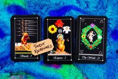 Tarotdek - Tarotlezingen op de multi gekleurde doek van de zijdelezing Stock Fotografie