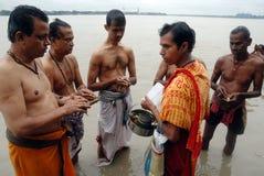 tarpan hinduiska ritualer Arkivfoton