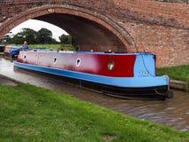 TARPORLEY CHESHIRE/UK - SEPTEMBER 16: Smalt fartyg som reser a Arkivbild