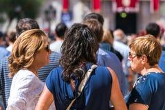 TARRAGONA, ΙΣΠΑΝΙΑ - 17 ΣΕΠΤΕΜΒΡΊΟΥ 2017: Γυναίκες στις διακοπές Santa Tecla Κινηματογράφηση σε πρώτο πλάνο Στοκ φωτογραφία με δικαίωμα ελεύθερης χρήσης
