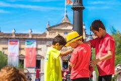 TARRAGONA, ΙΣΠΑΝΙΑ - 17 ΣΕΠΤΕΜΒΡΊΟΥ 2017: Παιδιά στις διακοπές Santa Tecla Διάστημα αντιγράφων για το κείμενο Στοκ Εικόνα