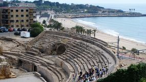 Tarragona colosseum en het strand Stock Foto