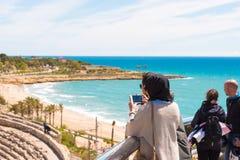 TARRAGONA, ESPAÑA ï ¿½ 1 de mayo de 2017: Los turistas fotografían el anfiteatro romano Copie el espacio Fotografía de archivo