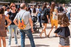 TARRAGONA, ESPAÑA - 17 DE SEPTIEMBRE DE 2017: Grupo de personas en la calle de la ciudad El referéndum en independencia Copie el  Imagen de archivo