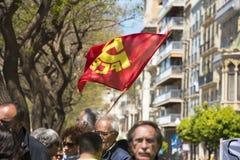 Tarragona, España - 01, 05, 2017: La gente con las banderas en la calle de Tarragona en la 1ra de puede, celebración internaciona Fotos de archivo