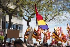 Tarragona, España - 01, 05, 2017: La gente con las banderas en la calle de Tarragona en la 1ra de puede, celebración internaciona Imagenes de archivo