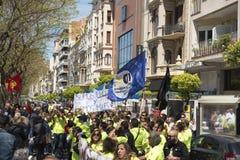 Tarragona, España - 01, 05, 2017: La gente con las banderas en la calle de Tarragona en la 1ra de puede, celebración internaciona Imágenes de archivo libres de regalías