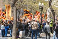 Tarragona, España - 01, 05, 2017: La gente con las banderas en la calle de Tarragona en la 1ra de puede, celebración internaciona Foto de archivo libre de regalías