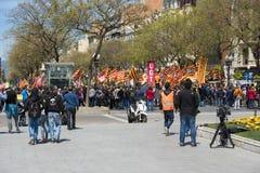 Tarragona, España - 01, 05, 2017: La gente con las banderas en la calle de Tarragona en la 1ra de puede, celebración internaciona Fotografía de archivo
