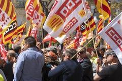 Tarragona, España - 01, 05, 2017: La gente con las banderas en la calle de Tarragona en la 1ra de puede, celebración internaciona Foto de archivo