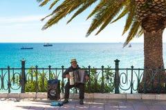 TARRAGONA, ESPANHA - 1º DE MAIO DE 2017: O músico na margem joga o acordeão Copie o espaço para o texto fotografia de stock royalty free