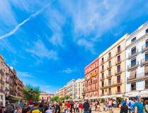 TARRAGONA, ESPANHA - 17 DE SETEMBRO DE 2017: Feriado de Santa Tecla, uma multidão de povos no quadrado Copie o espaço para o text Fotos de Stock