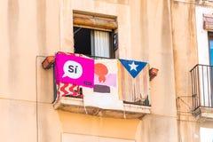 TARRAGONA, ESPANHA - 17 DE SETEMBRO DE 2017: Vista do balcão com uma bandeira Antes do referendo na independência Close-up fotografia de stock royalty free