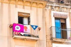 TARRAGONA, ESPANHA - 17 DE SETEMBRO DE 2017: Vista do balcão com uma bandeira Antes do referendo na independência Close-up fotografia de stock