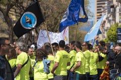Tarragona, Espanha - 01, 05, 2017: Os povos com as bandeiras na rua de Tarragona no ø de podem, celebração internacional Imagens de Stock Royalty Free