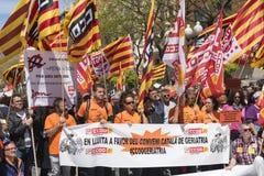 Tarragona, Espanha - 01, 05, 2017: Os povos com as bandeiras na rua de Tarragona no ø de podem, celebração internacional Imagem de Stock Royalty Free