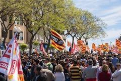 TARRAGONA HISZPANIA, MAJ, - 01, 2017: Ludzie z flaga przy ulicą Tarragona przy 1st mogą, międzynarodowy świętowanie Zdjęcia Stock