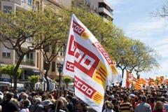 TARRAGONA HISZPANIA, MAJ, - 01, 2017: Ludzie z flaga przy ulicą Tarragona przy 1st mogą, międzynarodowy świętowanie Obrazy Stock