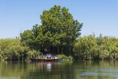TARRAGONA, SPAGNA - 17 GIUGNO 2017: Un traghetto per le automobili attraverso il fiume Copi lo spazio per testo Immagine Stock Libera da Diritti